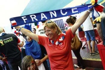 4de8dc745825b Torre de TV reuniu torcedores em festa após partida entre França e Nigéria